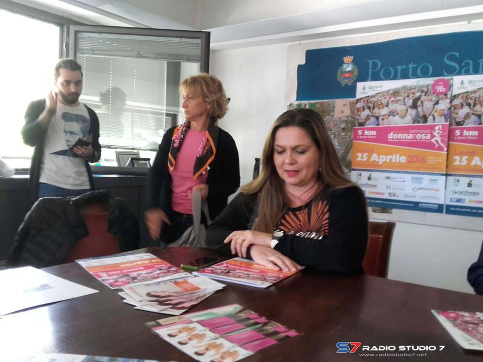 conferenza camminata donna rosa